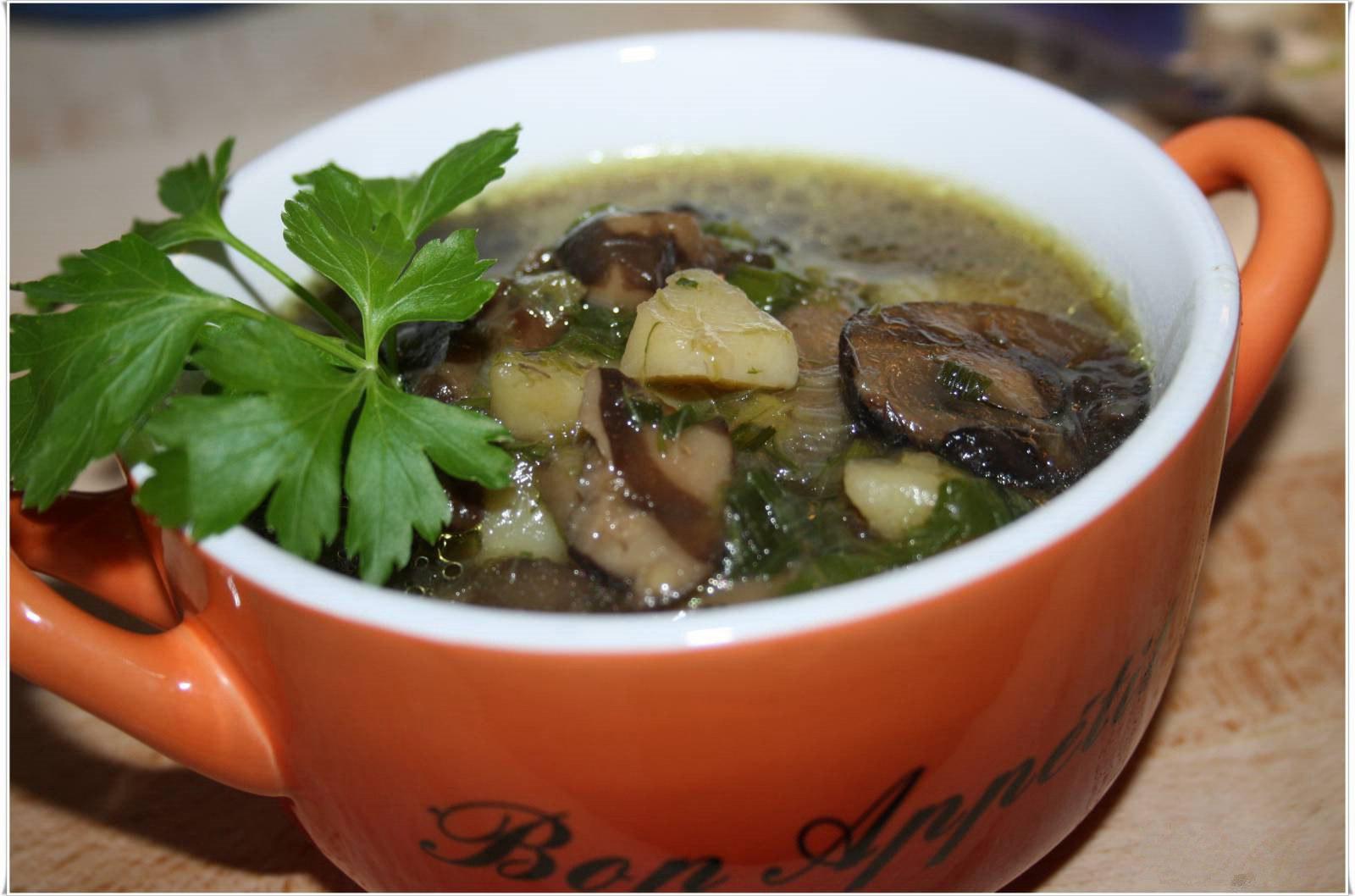 Грузди особенно щедро отдают аромат, поэтому суп из них наиболее аппетитный.