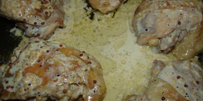 Все это перемешиваем и в полученный соус кладем порезанную на порционные кусочки курятину.